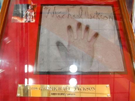 マイケル・ジャクソンさんが1996年12月に同店を訪れた際に残した手形