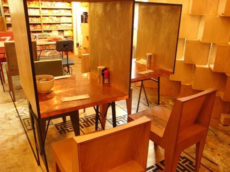 「GOLD 7 TOKYO」の店内。全国300種類以上の即席めんを店内で味わうことができる