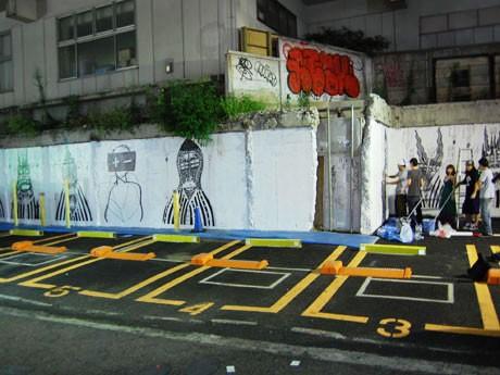 連日リーガルウォール制作が続く宇田川町のコインパーキング「Mr.P」