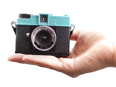ハーフフレームと、真四角フォーマットでの撮影が可能なトイカメラ「Diana Mini(ダイアナミニ)」