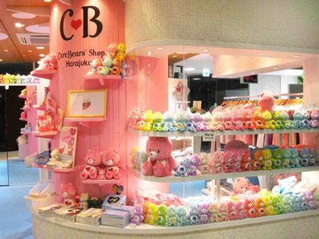 ラフォーレ原宿のケアベア店では、ファッションアイテムを中心に正規ライセンスグッズを集積Care Bears ™ and related trademarks © Those Characters From Cleveland, Inc.
