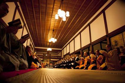 表参道で「高野山」企画展が開催中。会場には平日14時以降、土曜・日曜は終日1人の僧侶が常駐する予定(写真は半沢克夫さんの作品)