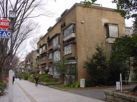 旧同潤会青山アパートの様子。2003年に取り壊され、現在は跡地が「表参道ヒルズ」となっている