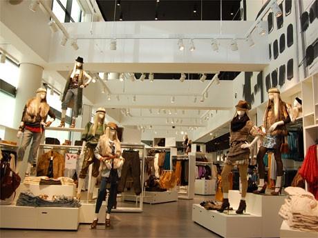 「H&M」旗艦店の店内が先行公開された。1階~2階の一部は吹き抜けになっている