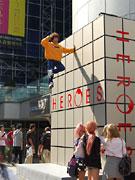 SHIBUYA109前で「人が浮いた」?-「HEROES」新シリーズDVD発売で