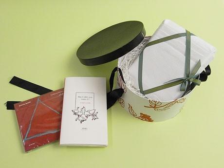 スパイラルレコーズがCDを、内沼晋太郎さんが本を、ラッピングをスパイラルマーケットを担当するギフトセット「本と音楽」(写真=「BED」バージョン)