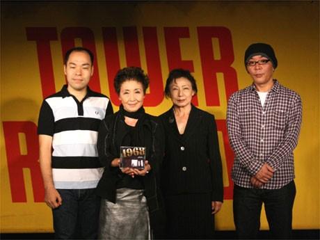 タワーレコード渋谷店で「1968」プロジェクトを発表した加藤登紀子さん(左から2人目)ら