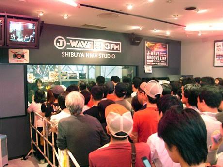 渋谷からの放送終了を前に連日混雑が続くHMV渋谷スタジオ前(9月29日撮影)