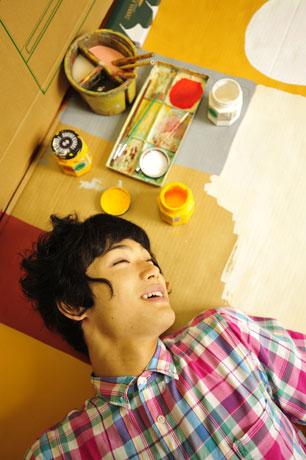 段ボール絵を使ったネタで知られる吉本興業のお笑い芸人「もう中学生」©YOSHIMOTO KOGYO
