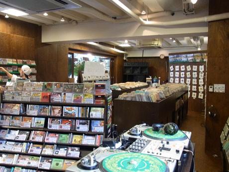 10月3日オープンした「ロッカーズアイランド」。木目を基調とした店内でCDやDVDを中心にレゲエグッズを扱う