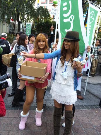 ハチ公前でノギャルプロジェクトが収穫した「シブヤ米」を配布する「元ギャル社長」藤田志穂さん(右)
