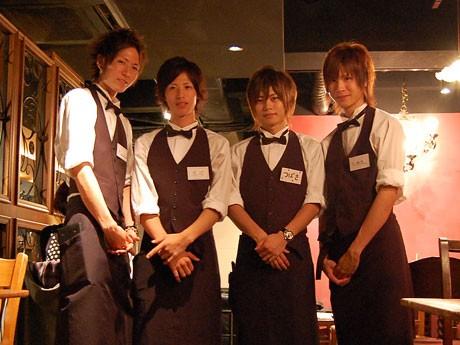 ギャルソンがコンセプトの「ギャルソンカフェ」。写真=左からkazuさん、涼介さん、つばささん、とおる。さん