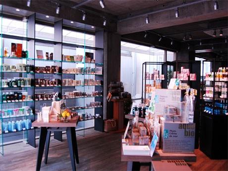 原宿にオープンした「LOGONA & friends」。深緑を基調とした店内でオーガニックコスメを販売する
