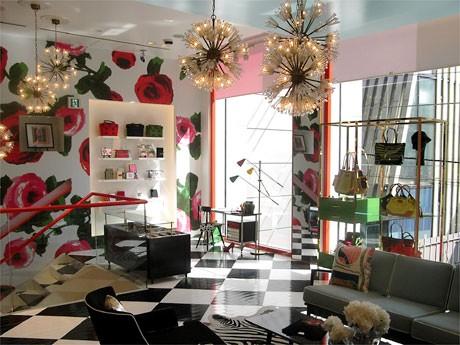リニューアルオープンした「ケイト・スペード」。バラ柄の壁紙やソファを配置した店内(写真は2階フロア)