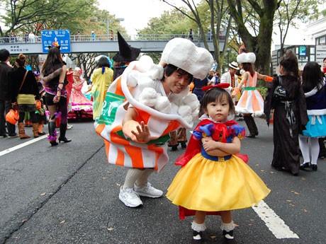 仮装パレード「原宿表参道ハローハロウィーンパンプキンパレード2009」開催。「ポップコーン」のサンバ隊メンバーと「白雪姫」の女の子