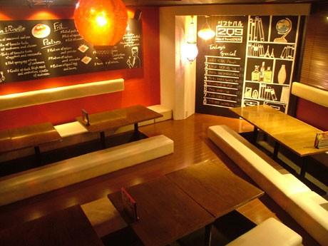 19日にオープンした「シブヤバル209」の店内。ワインやタパスをメーンに提供する