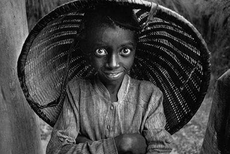 力強い目が印象的な「マタ茶園で働く子供」(ルワンダ、1991年、Photographs by Sebastiao SALGADO/Amazonas images. Organized by Lelia Wanick Salgado, the exhibition curator.)