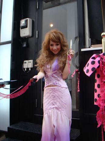 渋谷に「ガールズファクトリーDOT」がオープン。当日、モデルの荒木さやかさんがテープカットに駆け付けた