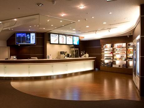 リニューアル後の売店ではコーヒーなどのフェアトレード商品も取り扱う