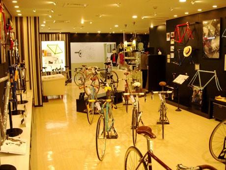青山に「OLD HANDS」がオープン。店内は、「バイシクル・ギャラリーをイメージ」した空間に