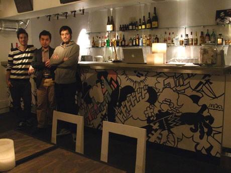 イベントスペース&バー「M」がオープン。写真=左からmugenkai communicationの佐藤研二さん、米田憲史さん、佐藤ジュリアンさん