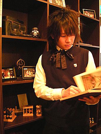 カフェ「エーデルシュタイン」が劇団スタジオライフとコラボレーション。店内装飾からスタッフの制服まで舞台「トーマの心臓」仕様で営業を行う
