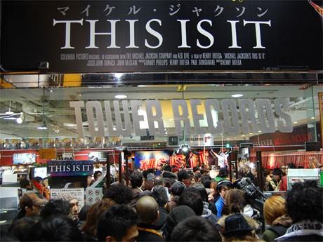 カウントダウン終了後、発売を待ちわびたファンらがタワレコ渋谷店内になだれ込んだ