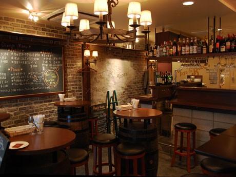 恵比寿に「Mayo de Buccho」がオープン。スペインバルをイメージした店内でピザを中心に料理を提供する