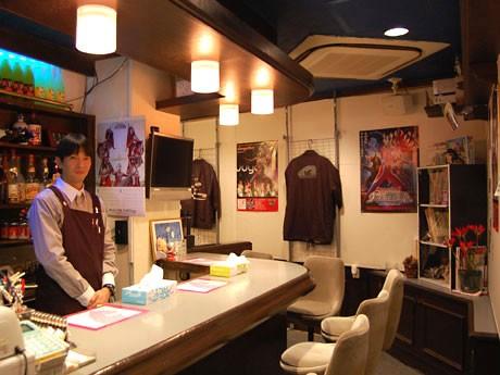 道玄坂にオープンした特撮バー「怪獣屋」店内。写真左は現役アクターの店長・三宅敏夫さん