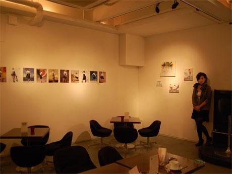現在3階の「Waiting for voice ヴォイスを待ちながら」と連動し、参加アーティストの「声以外」の作品を展示しているMAGIC ROOM???。写真右=スタッフの新宅(しんたく)梓さん