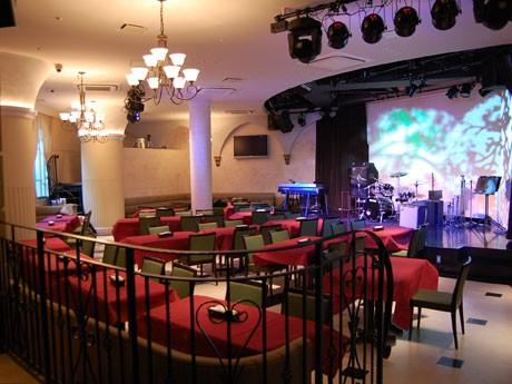 「La Donna」がオープン。ディナータイムには、フロア内のステージでアーティストがライブを行う