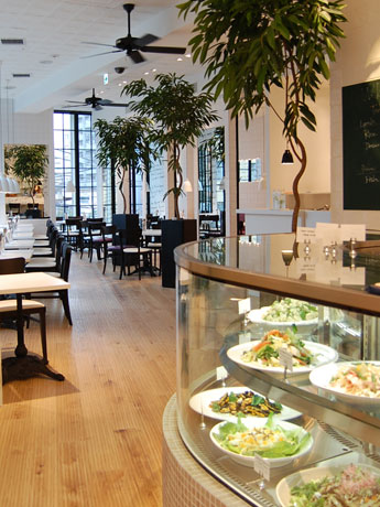 「GREEN」がオープン。白を基調とした店内で有機野菜を使用したデリなどを提供する