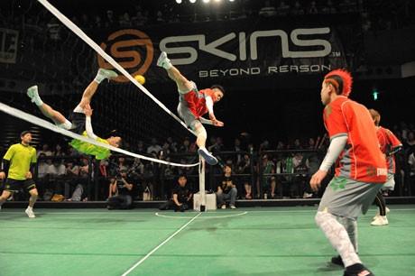「蹴-kelu-vol.5」のイベント風景。飛んでいるのはJUNYAさん(黄シャツ)とTERASHIMAさん(赤シャツ)。共にセパタクローの日本代表選手