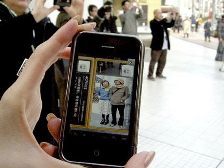 渋谷・公園通りを中心としたAR実証実験が開始した。写真=セカイカメラを通じて街中に設置されたARタグを見ている様子 ©www.web-across.com