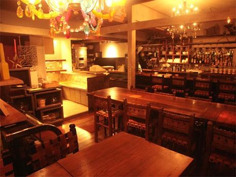 代々木上原にオープンした「パンの国カフェ」店内。パン店が焼き上げるパンを毎日30種ほどを提供する