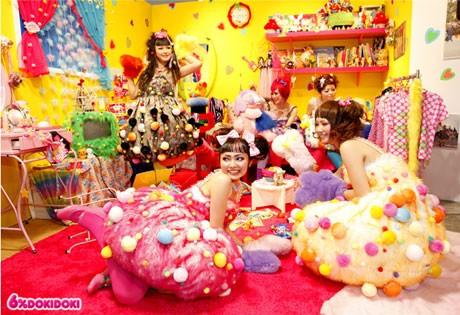 「ショップガールズ」は、ポップルズのキャラクターに合わせたカラーの5種のファー・ドレスにファーの手袋を着用。スカート部分をひっくり返すと「ポップルズのような顔」が現れる(撮影=田村雄介さん)