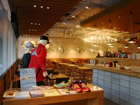 「TOKYO RUNNERS CAFE」が期間限定オープン。シューズやウエアを展示するほか、マラソン関連のチラシも置く