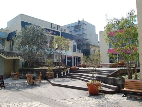 「ラ・プラース南青山」の営業が終了する。写真=広場を取り巻くかたちで各ショップが並ぶ施設内