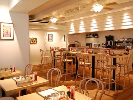 「Eggs 'n Things 原宿店」がオープン。白や茶色を基調に仕上げた同店の1階