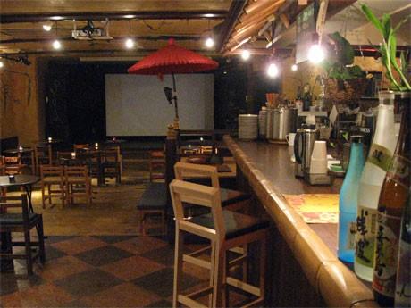 ライブステージにスクリーンを配し映画館「キネマれんず豆」に変身