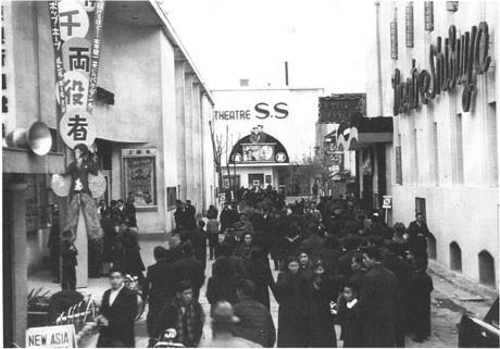 文化の街としてにぎわいを見せた1950年ごろの百軒店。奥に見えるのが映画館「テアトルSS 写真提供=東京テアトル