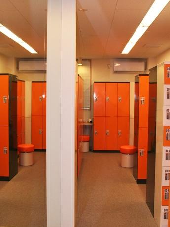 「アールズ青山」がオープン。施設内にはオレンジを基調としたロッカーなどを備える