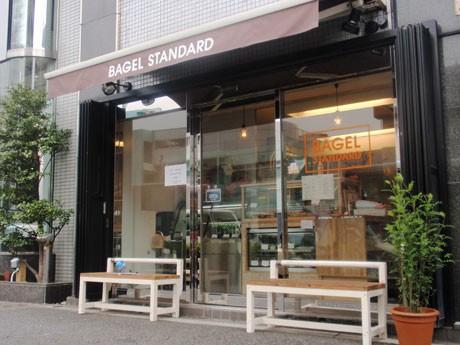 「BAGEL STANDARD」がオープン。店頭にベンチを用意している同店の外観