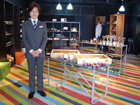 「DOT Tailor」がオープン。写真左がオーダーメードで作った自社のスーツを着た松井陽介さん