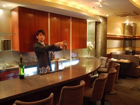 以前バーだった空間に居抜きで出店した「りーガルバー六法」。カウンターでは弁護士の外岡さんがシェーカーを振る