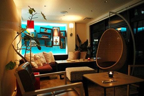 2008年5月にオープンしたカフェ&レストラン「ハイ・スコア キッチン」。店内から渋谷駅(新南口)のホームが見渡せる立地にある