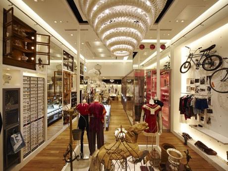 有名人が出品したリサイクル商品や衣類のリメーク品などをそろえる店内の様子