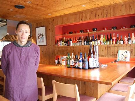 「和テイスト」の店内で雑煮を提供する同店。写真左は鳥居清人さん