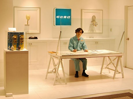 西武渋谷店に明和電機の「社長設計室」が登場。写真中央は明和電機社長の土佐信道さん