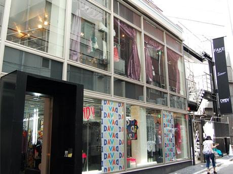 渋谷ロフト裏手に出現した「フェイク」。新宿と原宿の個性派アパレルショップが移転